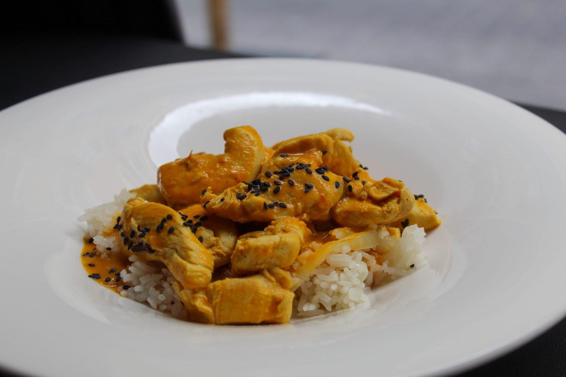 Pollo al curry madras con arroz jazmín vaporizado